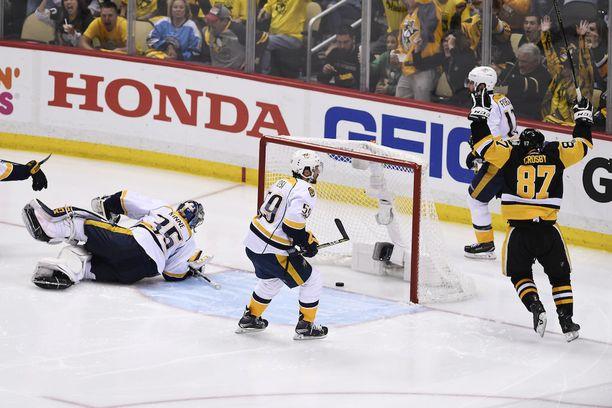 Sidney Crosby (oik.) tuulettaa Jake Guentzelin kuvan ulkopuolelta ampumaa kakkosfinaalin voittomaalia. Pekka Rinne ei ehtinyt eteen.