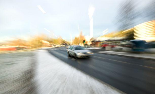 Äiti sai 20 päiväsakkoa liikenneturvallisuuden vaarantamisesta. Sakon kokonaismäärä nousi yhtensä 660 euroon. Kuvituskuvaa.