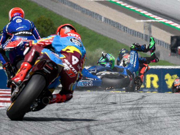 Enea Bastianinin kaatuminen johti useisiin vaaratilanteisiin Itävallan GP:ssä.