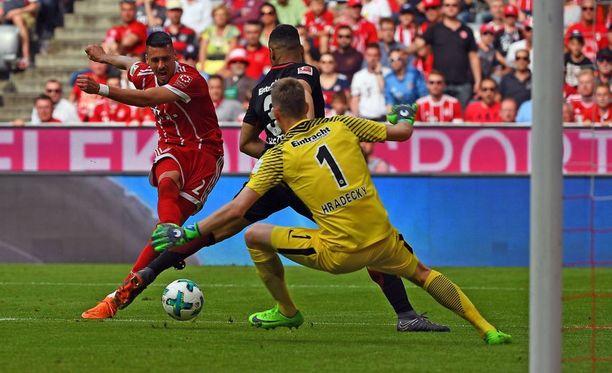 Sandro Wagner (vas.) iski Bayernille voittomaalin Lukas Hradeckyn jalkojen välistä.