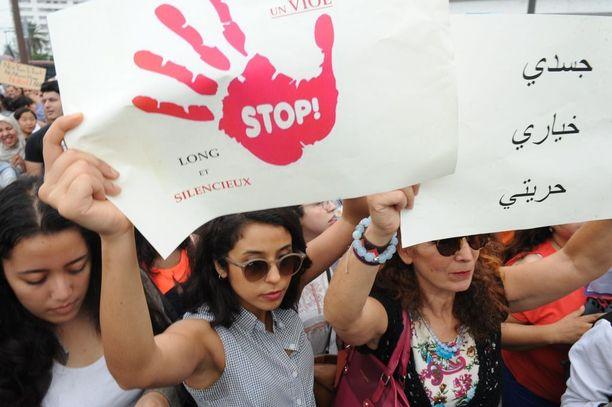 Marokkolaiset osoittivat mieltään 24-vuotiaan tytön seksuaalista häirintää vastaan.