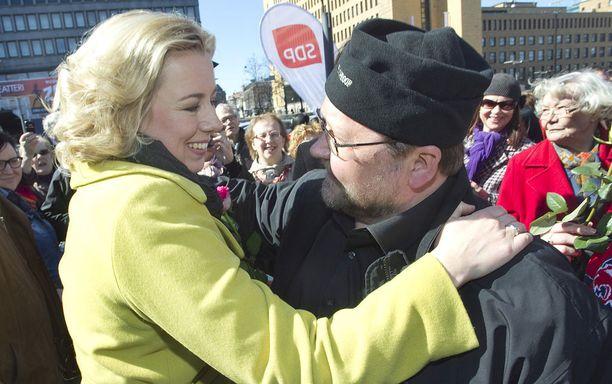 Mitro Repo tervehti SDP:n silloista puheenjohtajaa Jutta Urpilaista lämpimän oloisesti vuonna 2011.