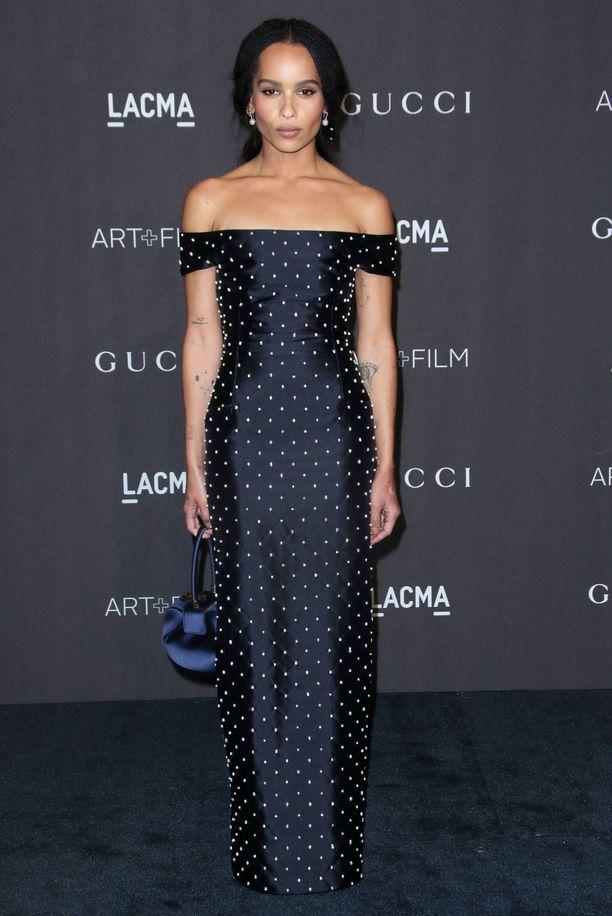 Zoe Kravitz in upea Gabriela Hearstin luomus säväyttää yksinkertaisen elegantilla leikkauksella. Off the shoulder -look näyttää näin toteutettuna taas raikkaalta.