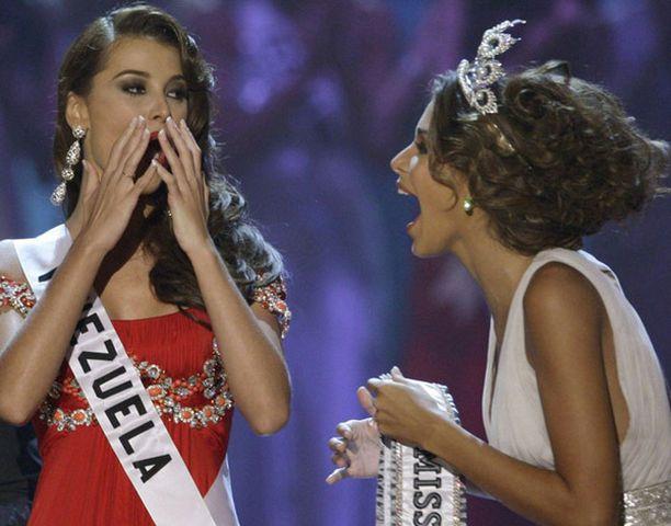 KAUNOTTARET. Viime vuoden voittaja Dayana Mendoza luovutti kruunun seuraajalleen Stefania Fernandezille.