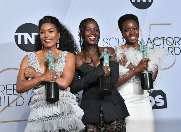 Angela Bassett, Lupita Nyong'o ja Danai Gurira näyttelevät palkitussa elokuvassa Black Panther.