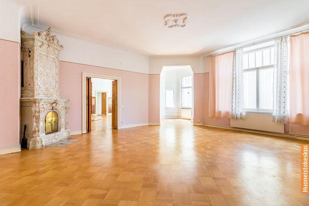 Avarat huoneet ihastuttavat tässä jugend-kodissa. Ikkunoista tulvii valoa, samoin suurista oviaukoista.