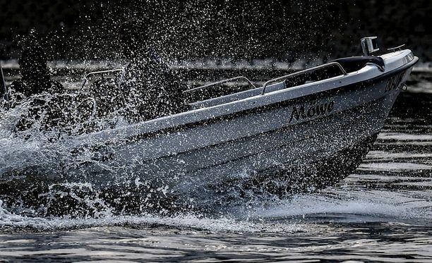 Turmaosapuolten veneiden perämoottorien hevosvoimista ei ole toistaiseksi tietoa. Kuvituskuva.