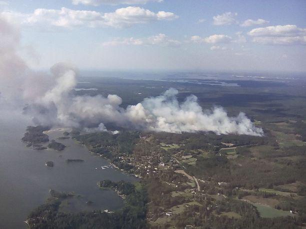 Pelastuslaitoksen mukaan palon alle on saattanut jäädä rakennuksia, mutta tarkempia tietoja ei vielä ole.