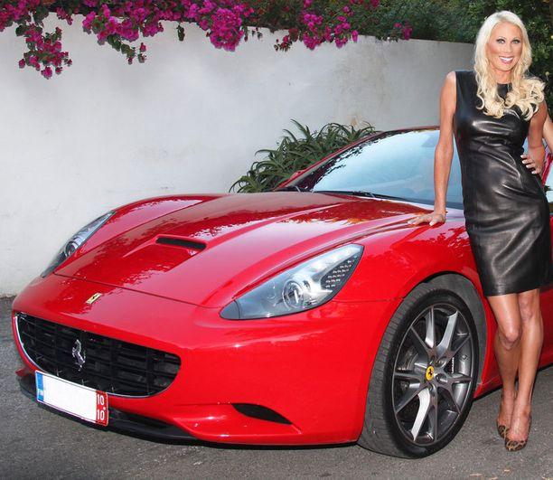 Maria Alanen esiintyi vuonna 2010 Miljonääriäidit -sarjassa, jossa myös Ferrari nähtiin.
