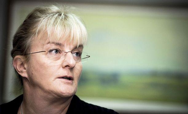 Sosiaali- ja terveysministeri Pirkko Mattila kertoo, että hänen miestään solvataan valemedioissa.