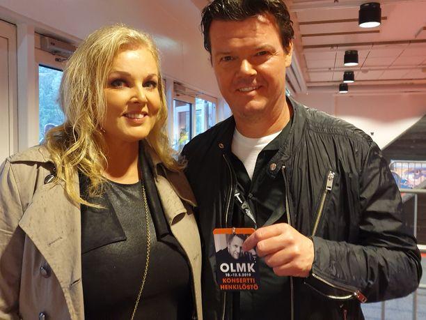 Karri Kivi saapui Poriin kunnioittamaan parhaan ystävänsä muistoa. Vierellä avopuoliso Anna-Maria Eriksson.