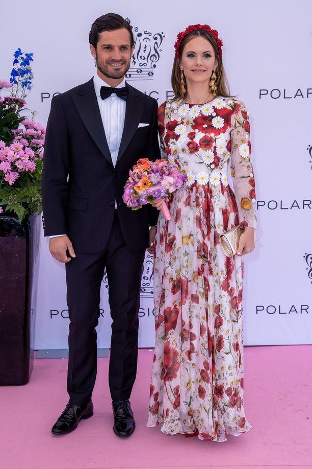 Prinssi Carl Philip saapui tilaisuuteen yhdessä prinsessa Sofian kanssa, joka oli valinnut ylleen kesäisen kukkamekon.