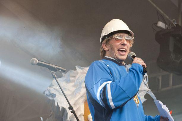HURTTIA HUUMORIA Valvova rakennusmestari Timo Harjakainen esiintyi Leijonien pyynnöstä maajoukkueen kunniaksi järjestetyssä kansanjuhlassa.