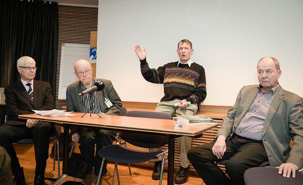 Entiset kansanedustajat Henrik Lax (vas.), Osmo Soininvaara, Esko Seppänen ja Iiro Viinanen tekivät kansalaisaloitteen eutanasian laillistamisesta.