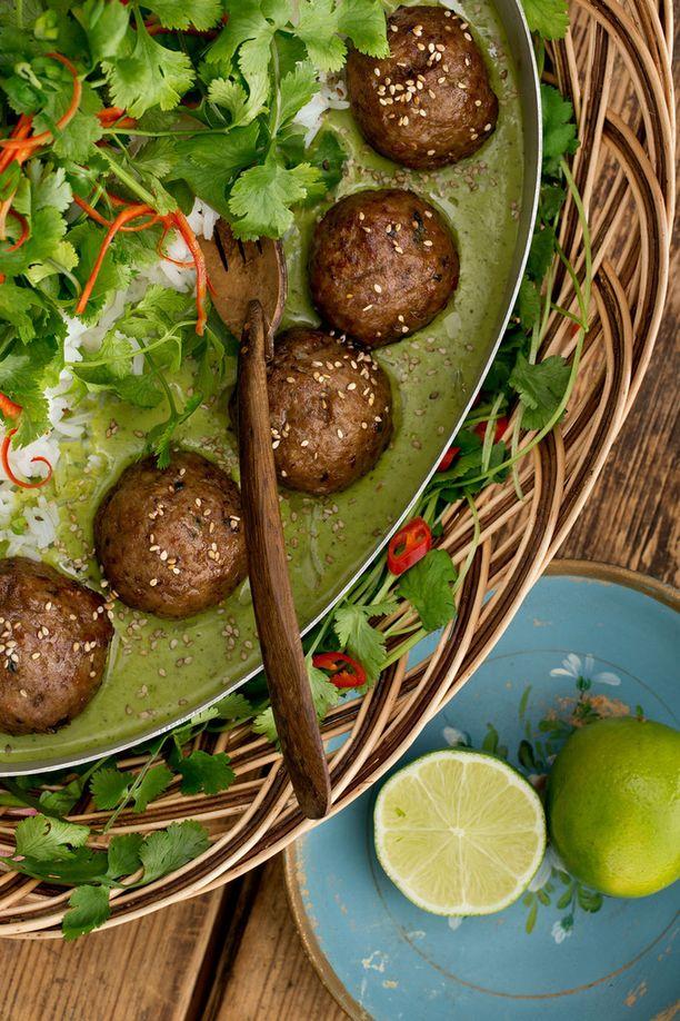 Lihapullissa on aasian makuja ja ne myös tarjoillaan vihreässä currytahnassa.