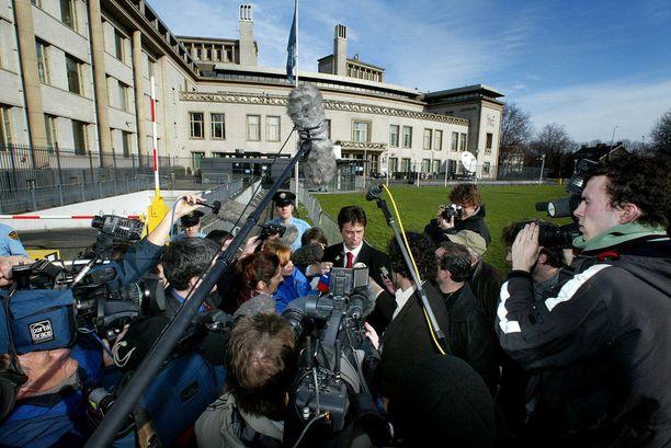 Dragoslav Ognjanovic kommentoi medialle sotarikosoikeudenkäynnin etenemistä Haagissa vuonna 2002.