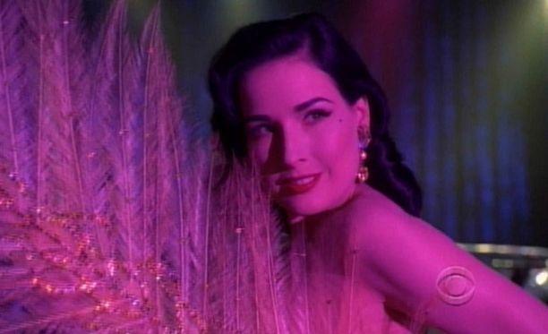 ...illalla yäkerhon lavalla keikistelevä syntinen burleskitähti Rita Von Squeeze.