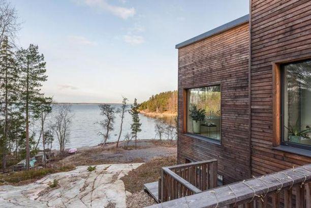 Tämä siperianlehtikuusella verhoiltu kivitalo sijaitsee Turun Satavan saaressa Airiston edustalla.