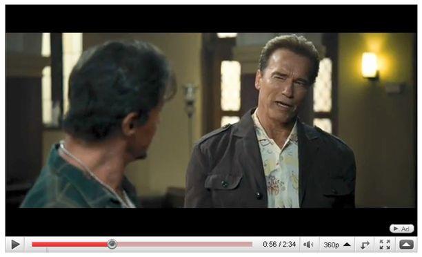 Poliitikonuransa takia näyttelemisen jättänyt Schwarzennegger esiintyy Stallonen elokuvan sivuosassa.