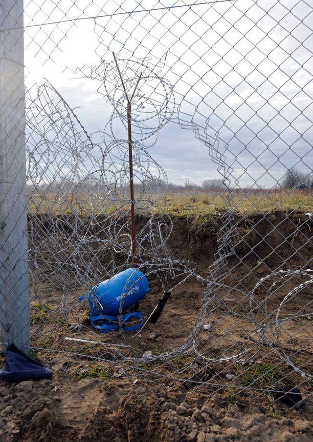 Vahingoittunutta raja-aitaa Unkarin Röszkessa.