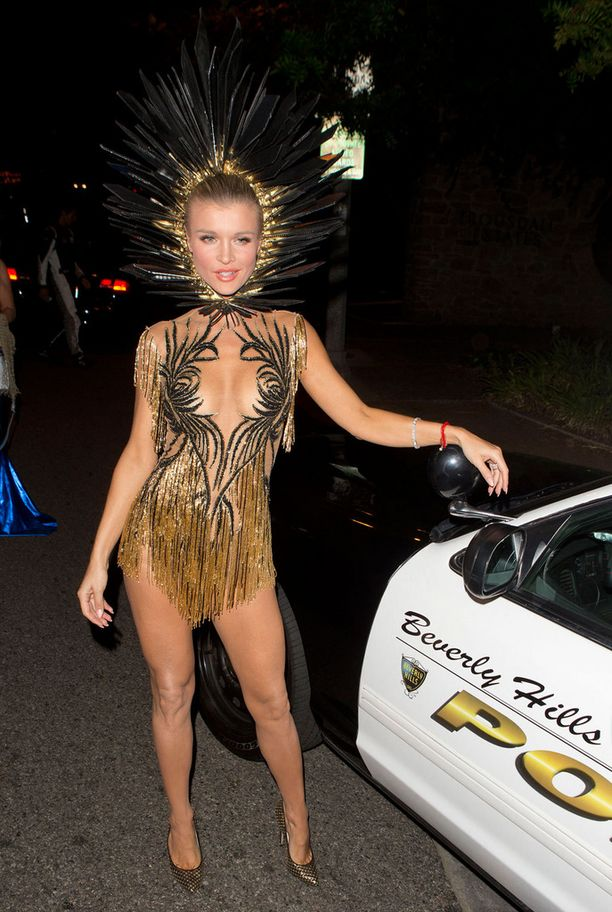 Puolalaislähtöinen malli ja näyttelijä Joanna Krupa luotti antavaan kaula-aukkoon ja minimittaan.