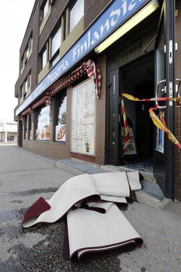 Pizzeria sijaitsee kolmikerroksisessa kerrostalossa, jonka asukkaita jouduttiin evakuoimaan palon takia.
