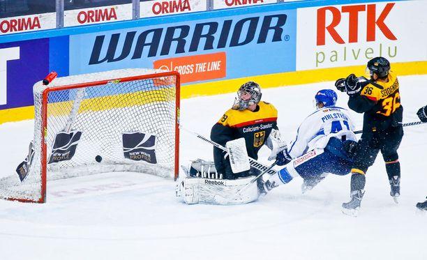 Antti Pihlström laukoi kiekon Saksan maalivahdin Andreas Jeniken taakse.