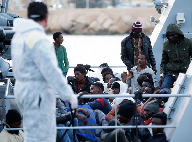 EU aikoo puuttua ihmissalakuljettajiin, jotka operoivat jatkuvasti laittomia siirtolaisia Libyasta Välimeren yli Eurooppaan.