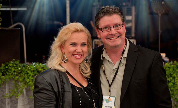 Kaija Lustila ja Jari Puhakka poseerasivat yhdessä Iltalehdelle kesällä 2011.