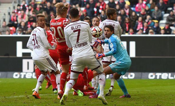 Fortuna Düsseldorfin Joel Pohjanpalo ohjaa pallon Nürnbergin verkkoon viime sunnuntaina.