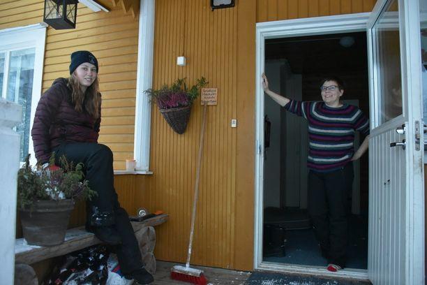 Pimeää on pirtissä, tuumivat Sanna Rohner ja Päivi Sainio-Rohner.