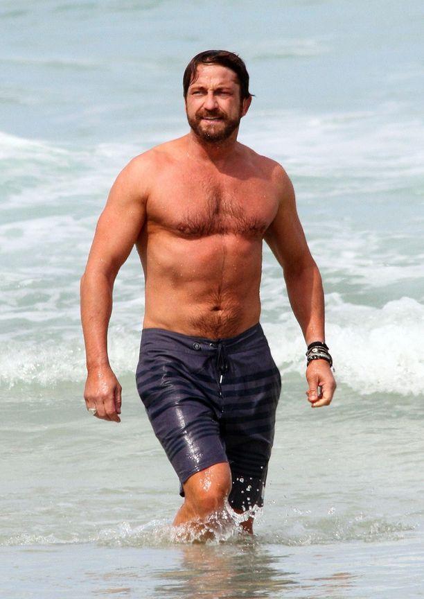 Gerard Butler on nähty monessa roolissaan huippukunnossa. God of Egypt -elokuvan aikaan 2014 mies rentoutui rannalla.