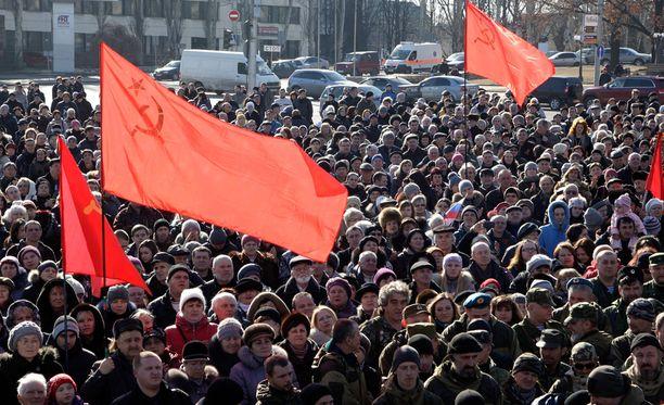 Neuvostoliiton liput liehuivat Donetskissa helmikuussa.