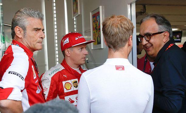 Maurizio Arrivabene (vasemmalla) ja Sergio Marchionne (oikealla) kommentoivat Kimi Räikkösen kisaa erilaisin sanankääntein.