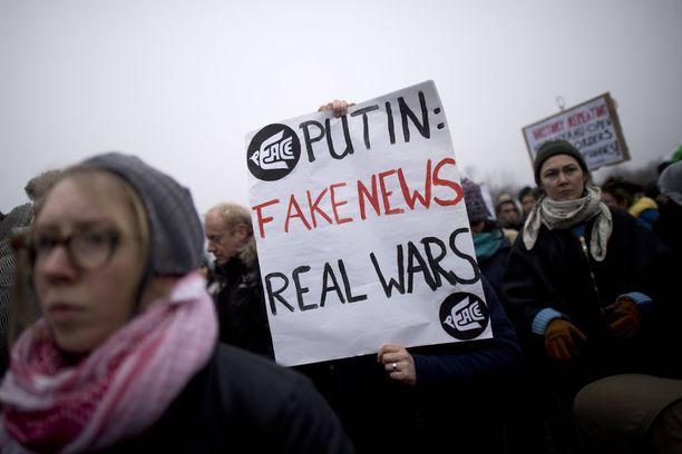 Suomen ja Ruotsin viranomaiset harjoittelevat yhdessä informaatiovaikuttamista vastaan. Kuvituskuva mielenosoituksesta, jossa protestoitiin Venäjän tuottamia valeuutisia ja Syyrian pommituksia vastaan Saksassa joulukuussa 2016.