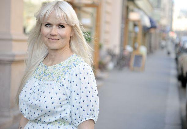 Paola Suhosen suunnittelemia vaatteita myydään jatkossa myös Tokmannissa.