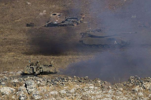 """Israelin armeijan Merkava-tankkeja sotaharjoituksissa keskiviikkona. Käynnissä olevassa harjoituksessa simuloidaan sotaa Hizbollahia vastaan ja harjoitus on """"suurin 20 vuoteen""""."""