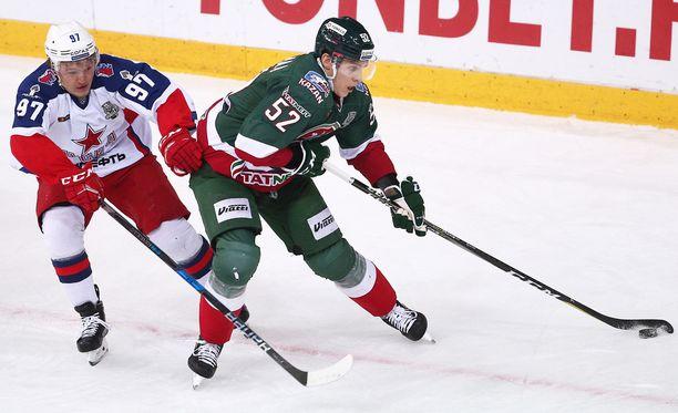 Kirill Kaprizov (vasemmalla) ja ZSKA joutuivat jo toistamiseen taipumaan Atte Ohtamaan Kazanin käsissä.