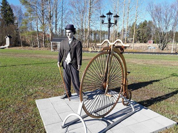 Crazylandsita löytyy Charlie Chaplin ja velosipedi.