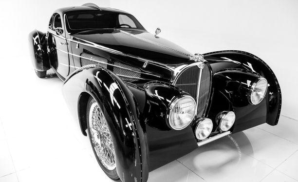 Delahayen vuoden 1935 Pacific komeana mustissa väreissä.