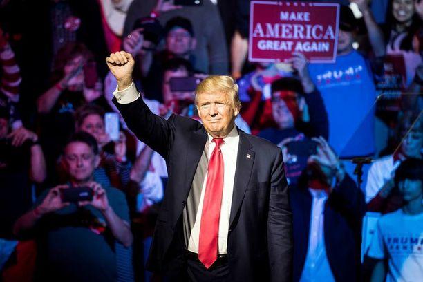 Donald Trump puhumassa kannattajilleen Cincinnatissa torstaina.