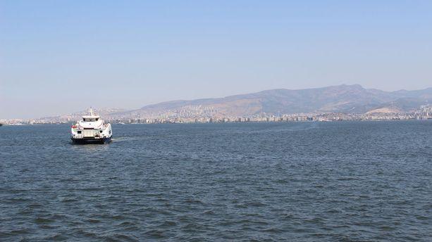 Lautat vievät Izmirin lahden yli, ja niillä pääsee kätevästi eri puolille laajaa kaupunkia.