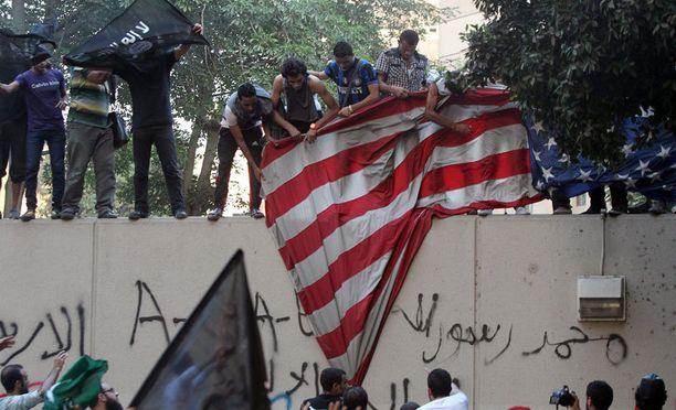 Mielenosoittajat repivät Yhdysvaltojen lippua Egyptissä.