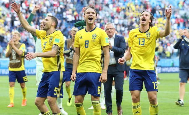 Marcus Berg, Albin Ekdal ja Viktor Claesson tuulettivat voittoa.
