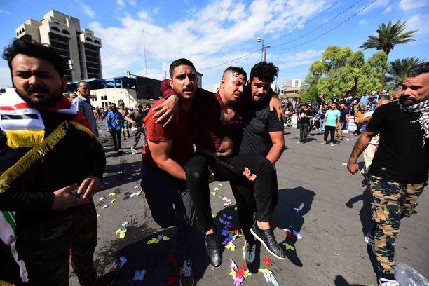 Kaksi on kuollut ja noin sata loukkaantunut perjantaina iltapäivään mennessä Bagdadin mielenosoituksissa uutistoimistojen mukaan.