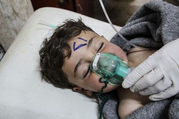 Syyrialaista lasta hoidettiin kaasuiskun jälkeen sairaalassa Saraqibissa Pohjois-Syyriassa.