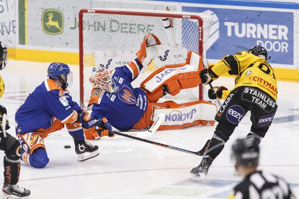Tappara-vahti Christian Heljanko torjuu KalPan Alexander Ruutun laukauksen.