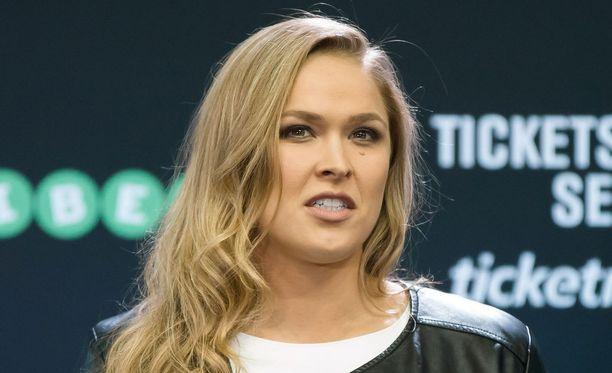 Ronda Rouseyn ja Travis Brownen parisuhde virallistui viimein.