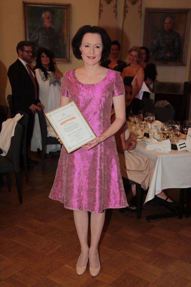 Jenni Haukio oli pukeutunut kauniisti hohtavaan pinkkiin leninkiin.