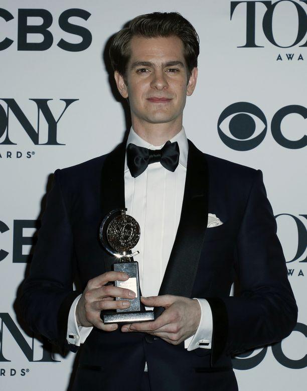 Andrew Garfield voitti parhaan miespääosan palkinnon näytelmässä Angels in America.